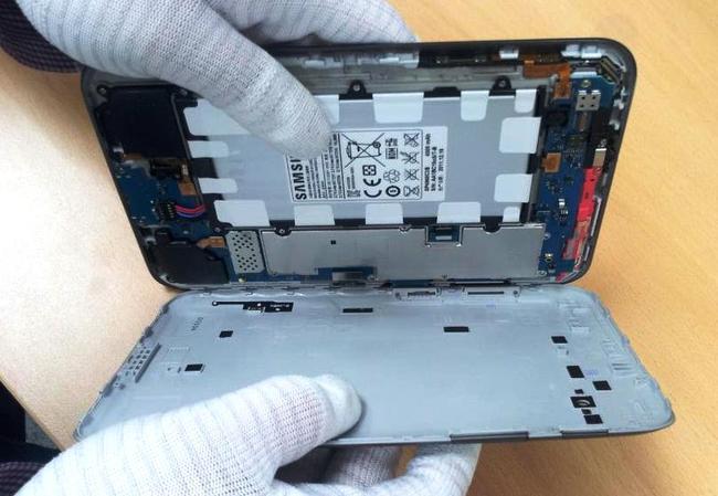 При разборке Samsung-Galaxy-Tab2 будьте предельно аккуратны