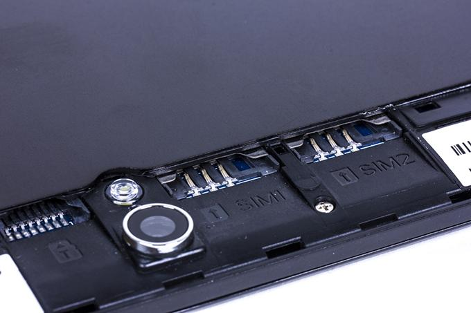 Тыловая камера делает сносные изображения, благодаря вспышке нет проблем с освещением