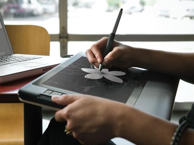 Рука художника словно дотрагивается до настоящей бумаги, а это дорогого стоит