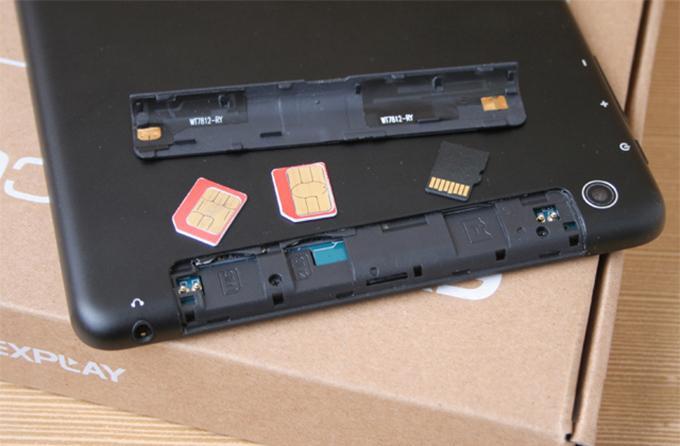 Центральная часть верхней грани занята слотами под расширение памяти и под две SIM-карты формата micro