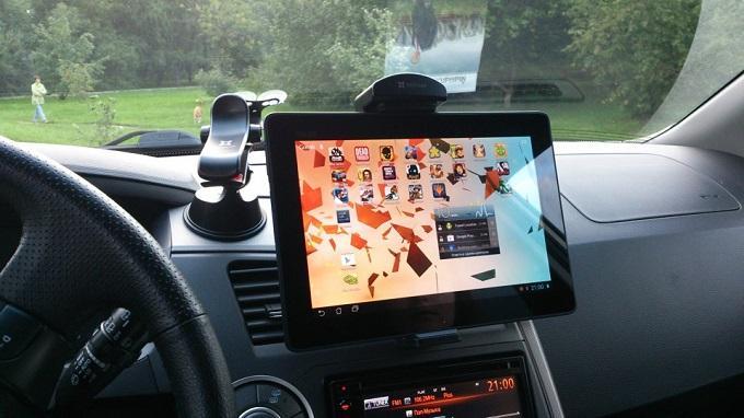 Планшет можно использовать не только для пеших прогулок, но и в автомобиле