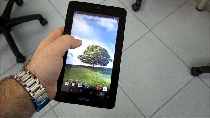 Взяв планшет в руки, можно почувствовать еще одно отличие — небольшой вес