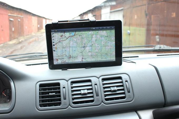Планшет с навигатором в машине