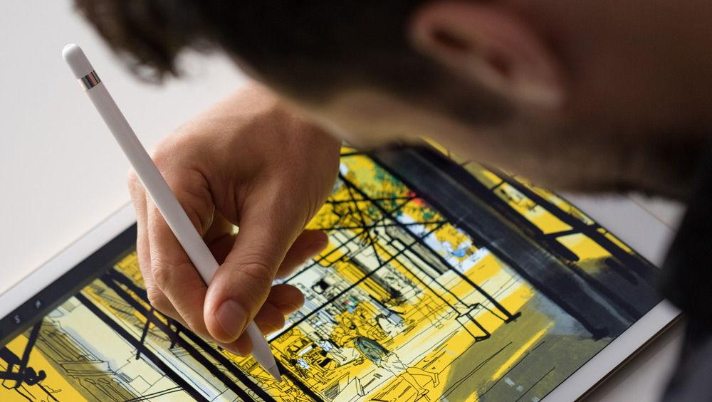 Художник рисует с помощью Apple Pencil на iPad Pro
