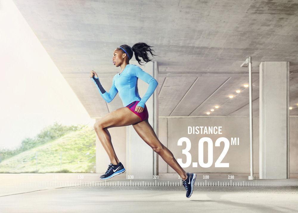 Спортивная девушка бежит