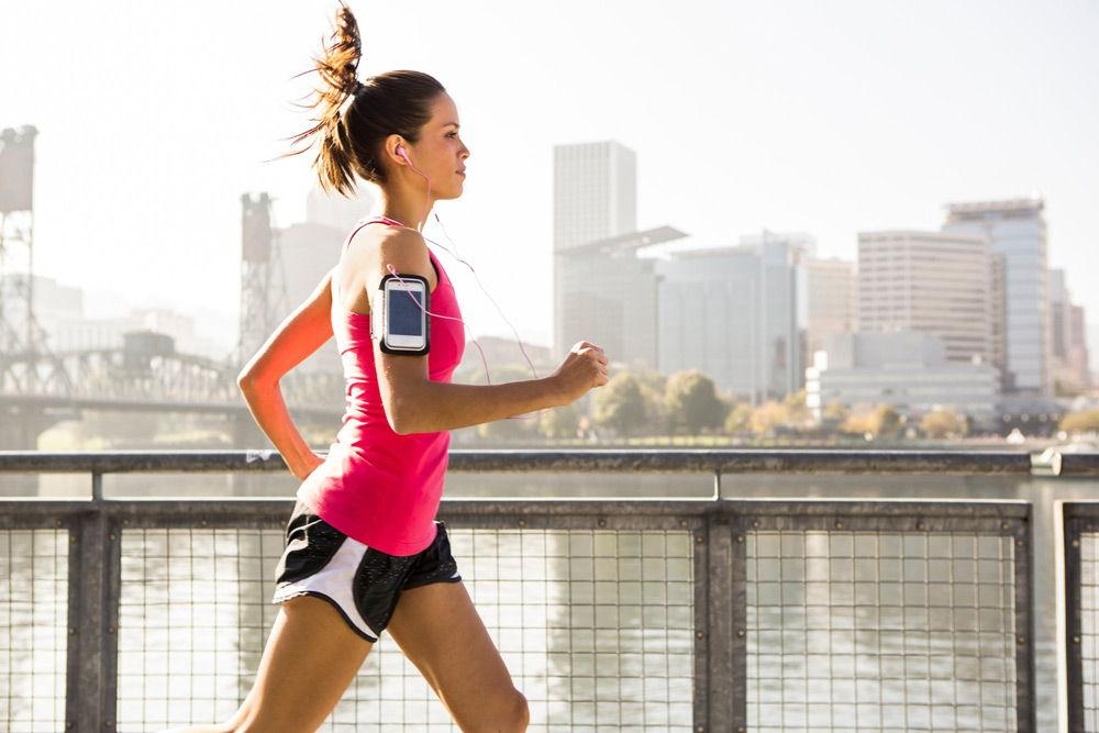 Девушка бежит по набережной
