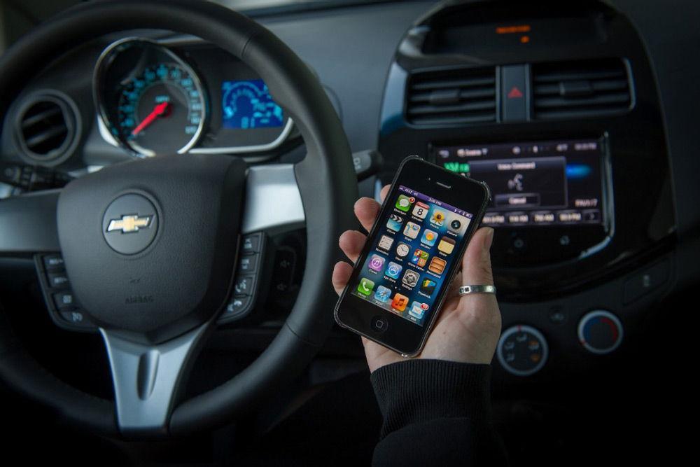 iPhone в руках у водителя