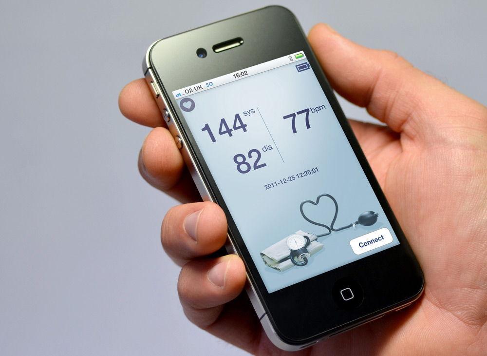 iPhone в руке приложение для здоровья