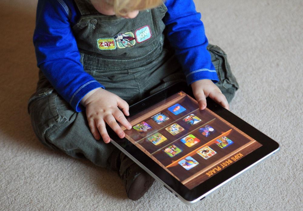 Ребенок с iPad