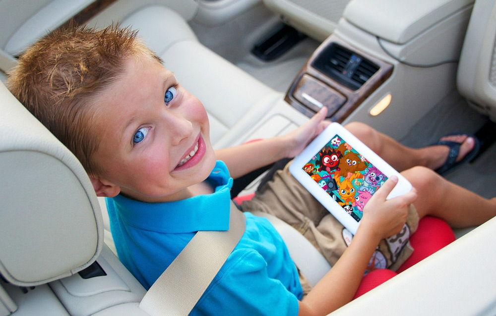 Ребенок с планшетом в машине