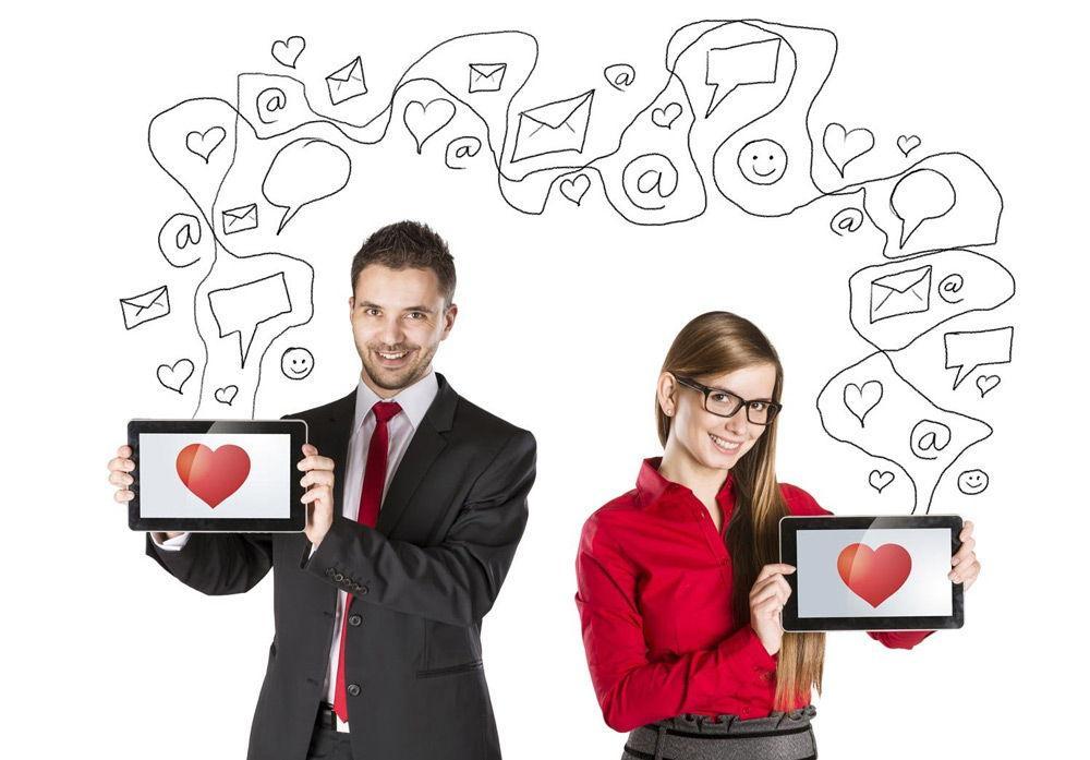 Мужчина и женщина с планшетами