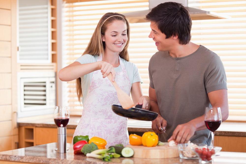 Парень и девушка готовят еду