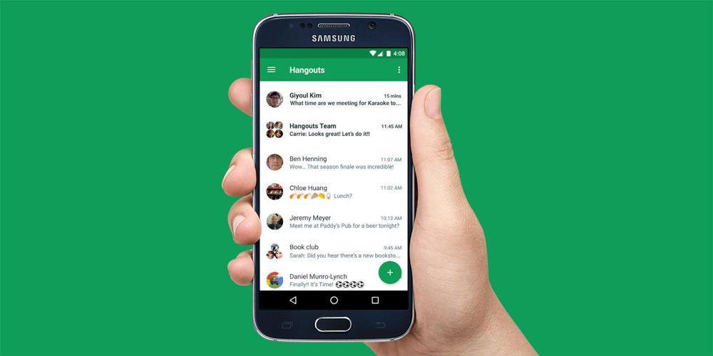 Телефон в руке с Google Hangouts