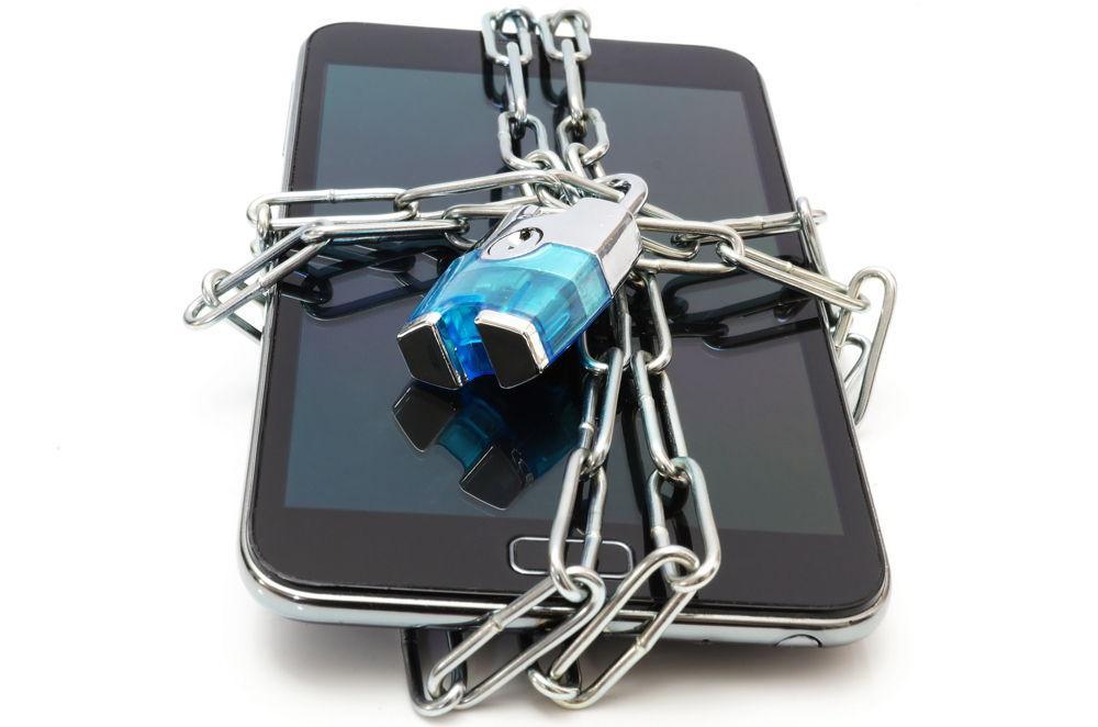 Обмотанный цепью с замком смартфон