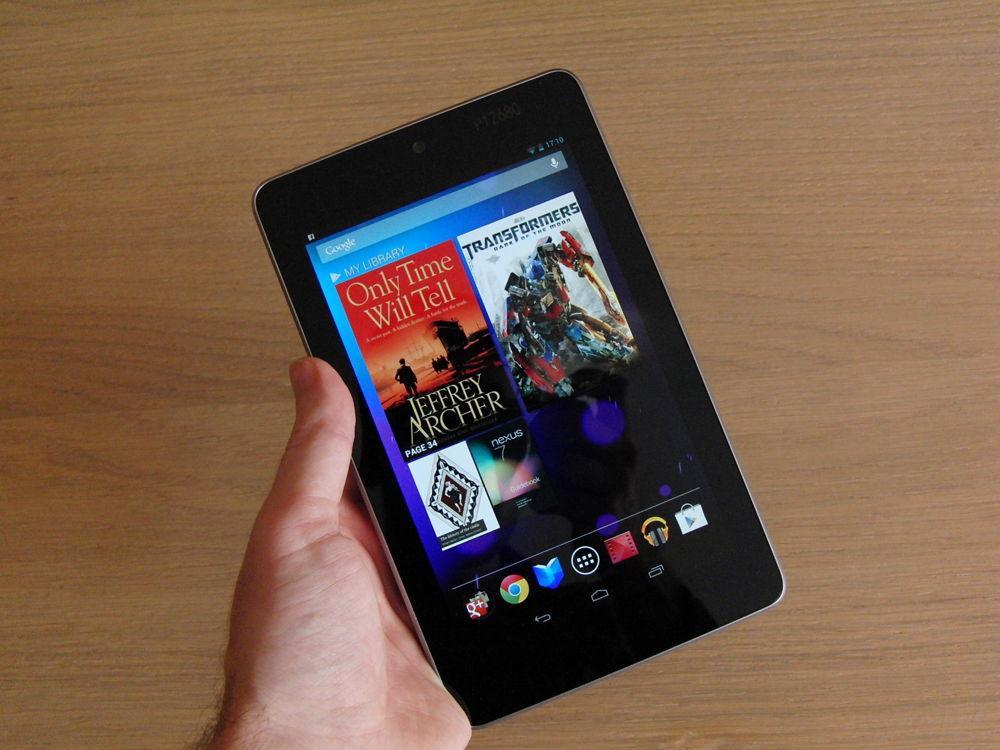 Планшет Google Nexus 7 в руке