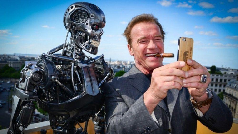 Селфи Шварценеггера с роботом