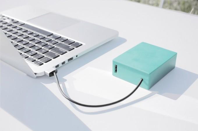 Существуют достаточно мощные внешние аккумуляторы, которые могут зарядить планшет с докстанцией