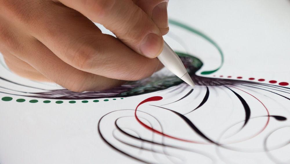 Художник рисует на iPad Pro с помощью Apple Pencil