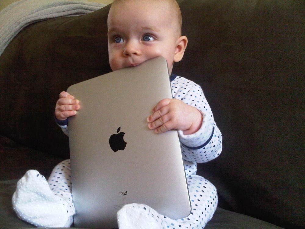 Ребенок кусает iPad