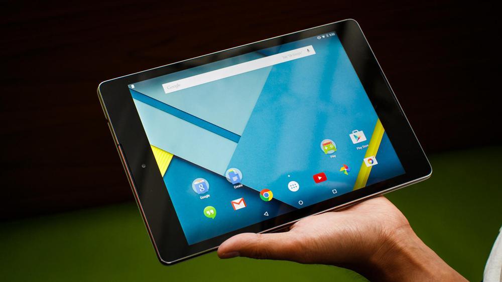 Планшет на Android в руке