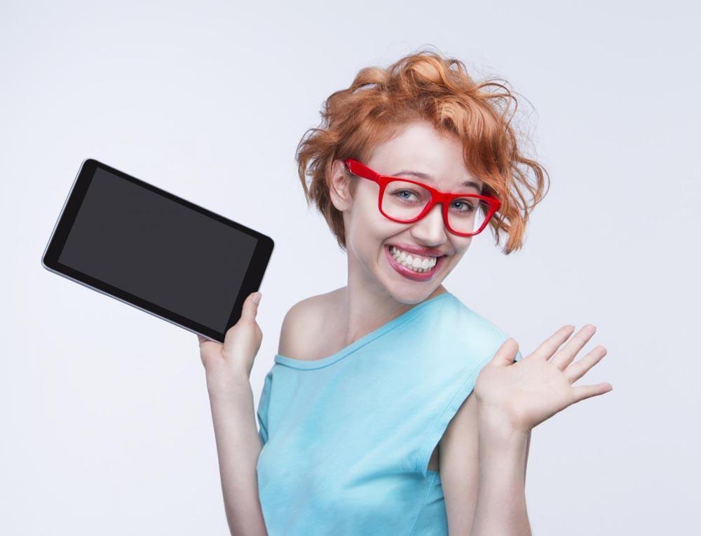 Девушка в очках с планшетом