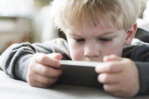 Ребенок играет в игры на телефоне