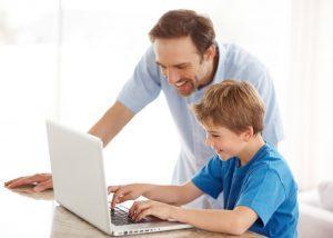 Отец устанавливает систему родительского контроля